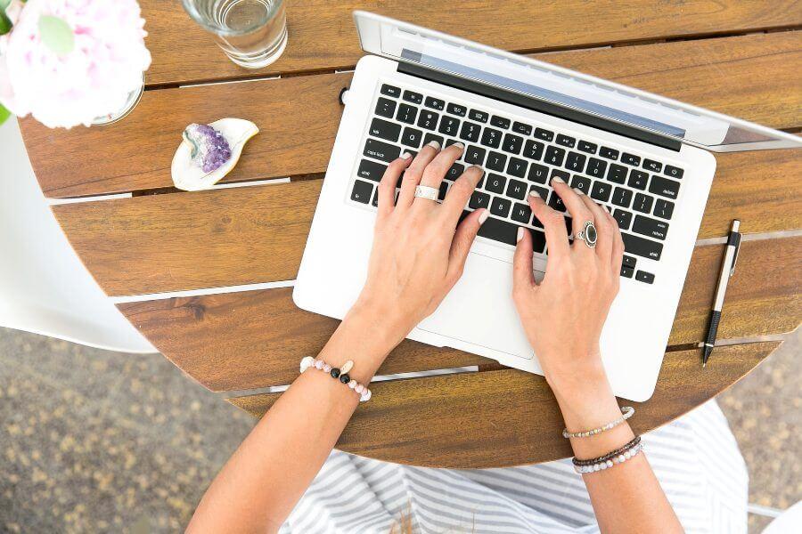 laptop-pisanje-cveće