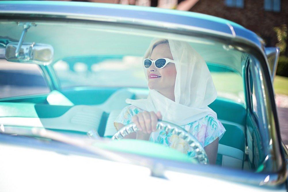 насмејана-жена-вози-ауто