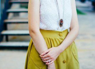 bela-majica-žuta-suknja-žena