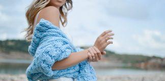 žena-plavi-džemper
