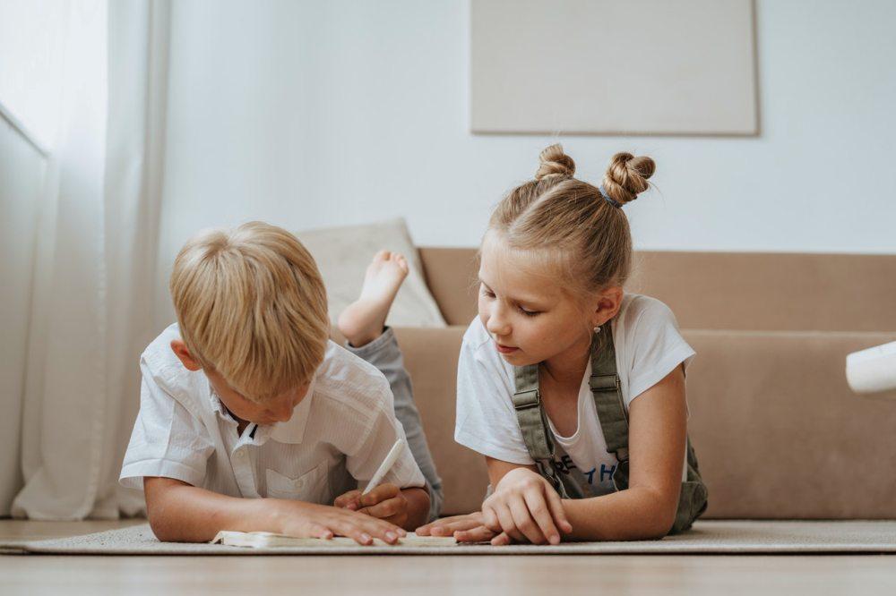 dečak-devojčica-čitanje