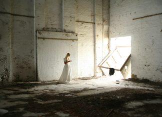 девојка-бела-хаљина-самоћа