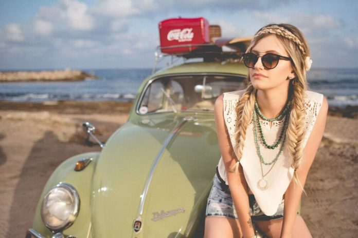 devojka-zeleni-auto-bela-majica