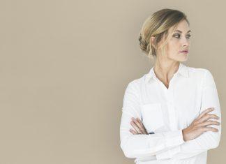 žena-bela-košulja