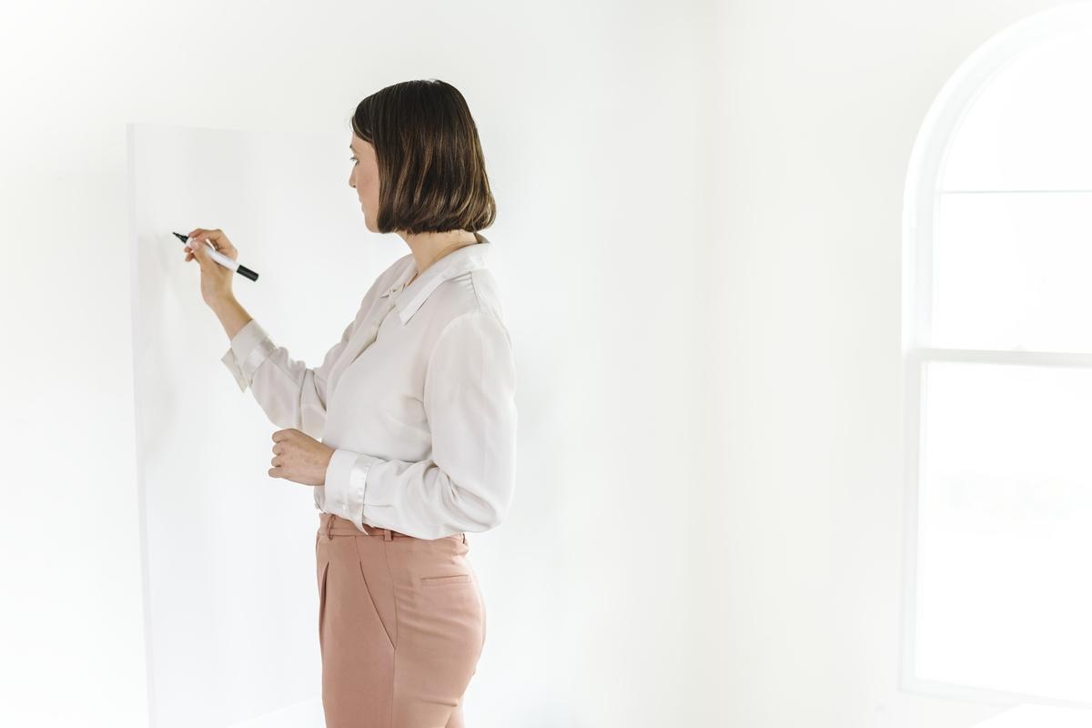 žena-piše-po-tabli